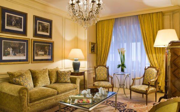 Горчичные шторы в классической гостиной