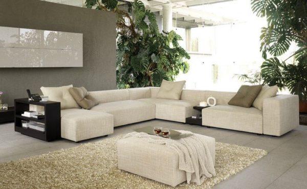 Бежевый диван в гостиной