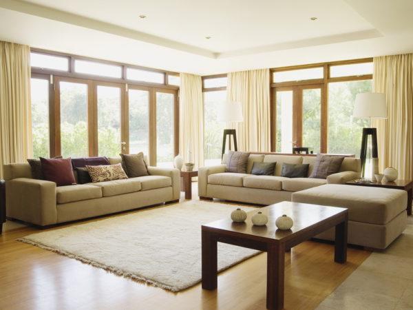Два дивана в зале с большими окнами