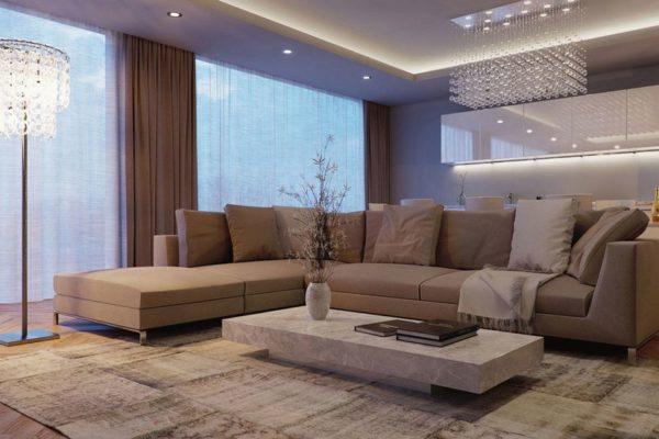 Большой бежевый диван в гостиной