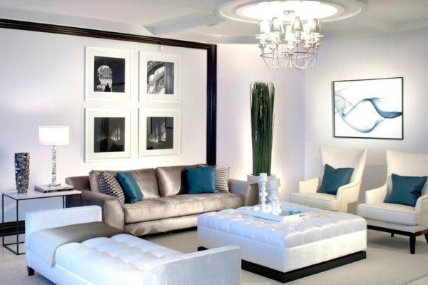 Бирюзовые подушки в светлой гостиной
