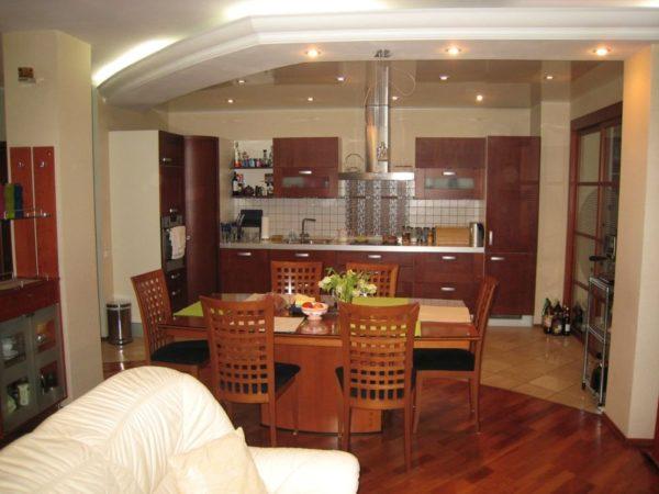Деревянные стулья в кухне