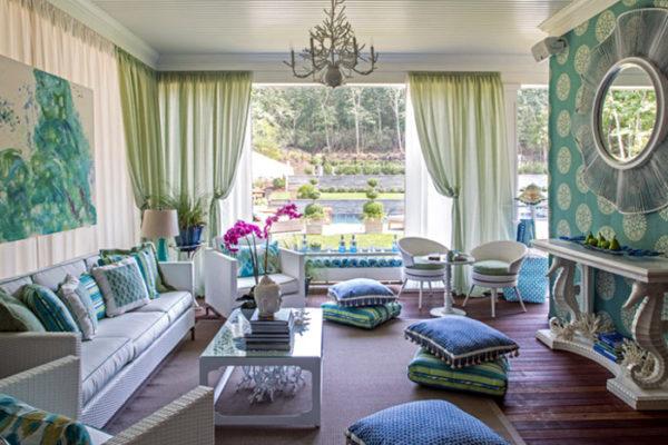 Уютная гостиная с зелёными шторами