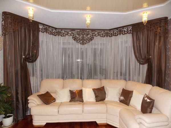 Большой диван и портьер в гостиной