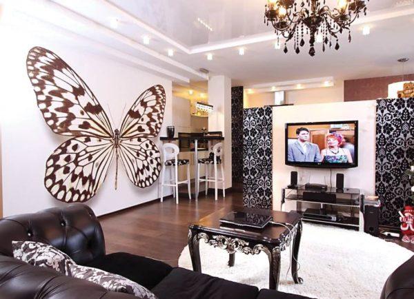 Объёмная бабочка на стене в гостиной