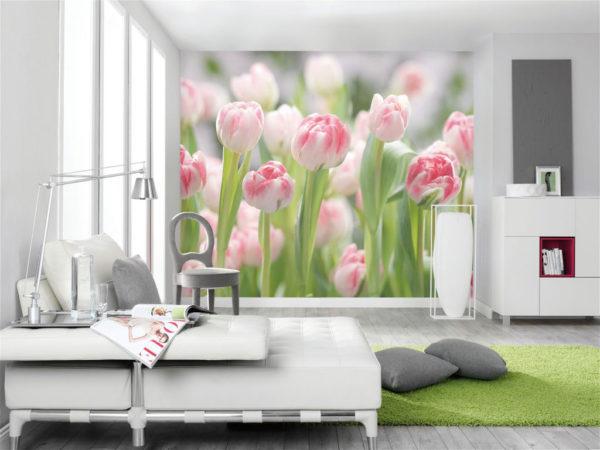 Розовые тюльпаны на 3д обоях в гостиной