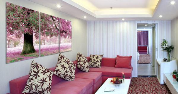 Розовое дерево на модульной картине