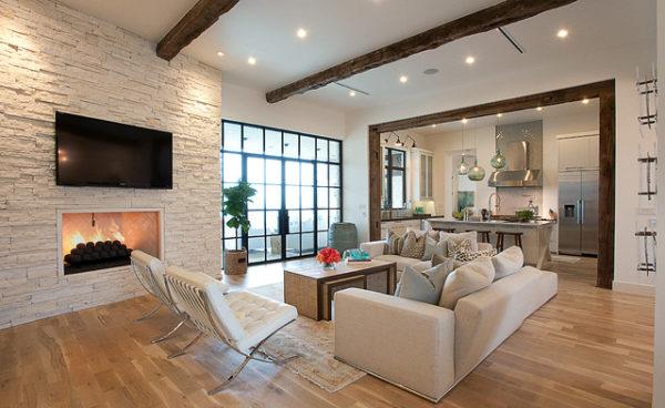 Камин в гостиной и современая мебель
