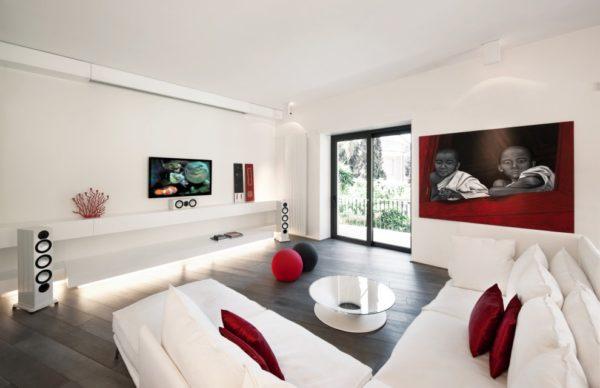 Белая гостиная с бордовыми подушками и картиной