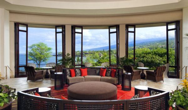 Шикарное эркерное окно в большой гостиной
