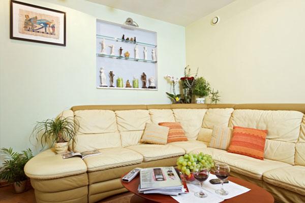 Коженый бежевый диван