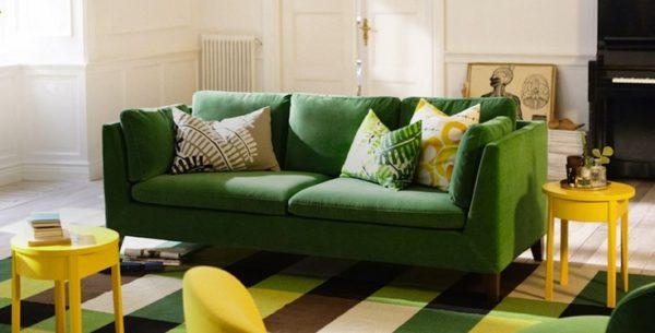 Зелёный диван и жёлтые стулья