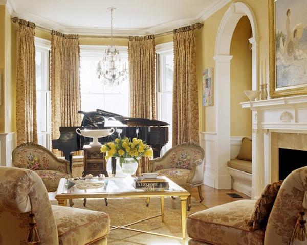 Рояль в гостиной с эркером