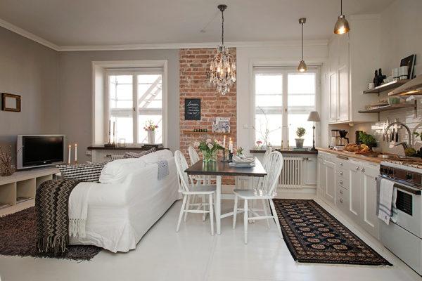 Гостиная-кухня с двумя окнами