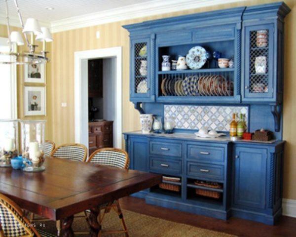 Синий сервант в гостиной