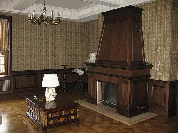 Деревянный камин в гостиной