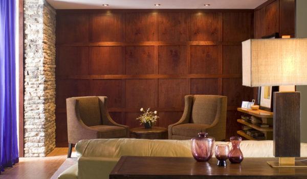 Деревянные панели в зале