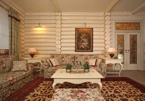 Уютная гостиная в деревянном доме