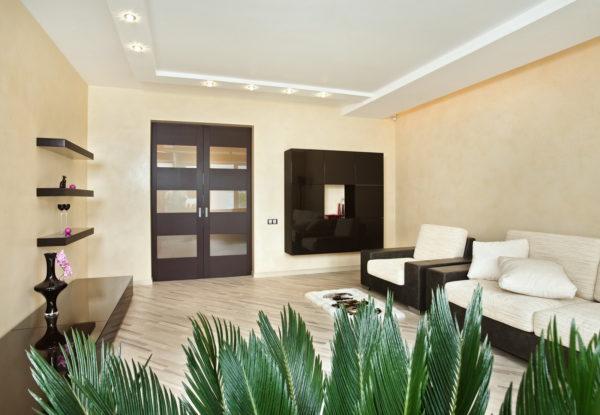 Светлые стены в гостиной