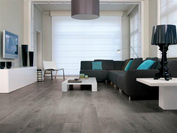 Серый ламинат в гостиной