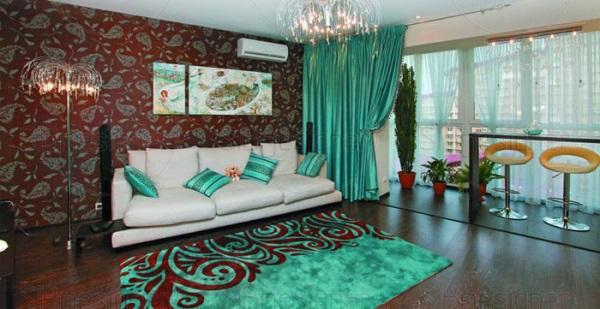 Яркие бирюзовые шторы и ковёр в гостиной