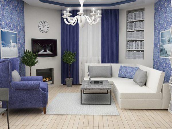 Белый диван и синее кресло в интерьере