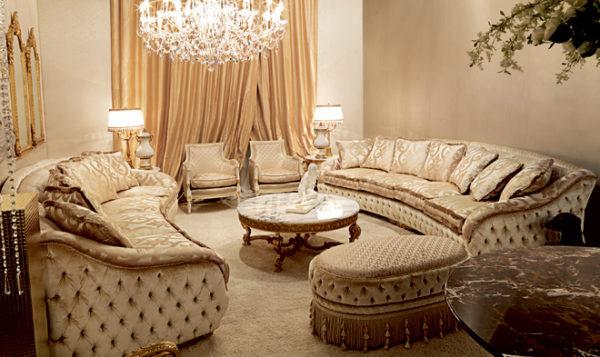 Полукруглые классические диваны в зале