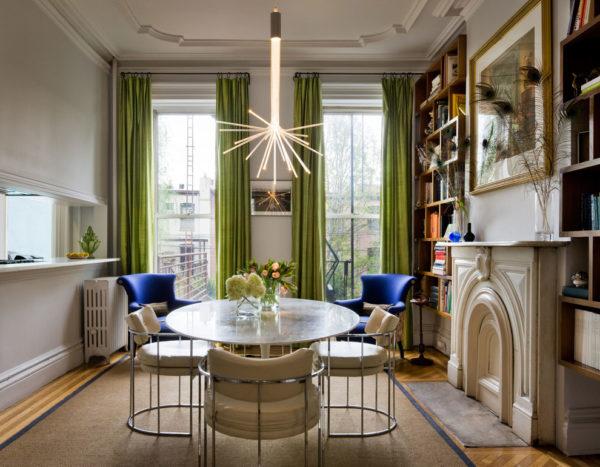 Стильная гостиная с зелёными шторами